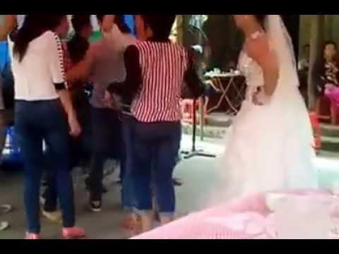 Cô dâu quẩy tốc váy trong ngày cưới  =))
