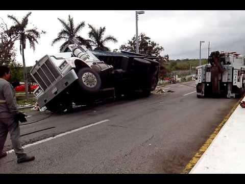 accidentes de carros con carga pesada