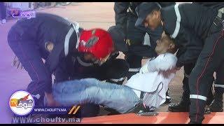 ضربوه بقرعة و طاح..لحظة إغماء مصور صحفي وسط ملعب دونور   |   خارج البلاطو