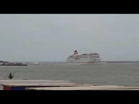 فيديو.. شاهد كيف نجت بأعجوبة باخرة نقل المسافرين بمدخل ميناء مليلية من الغرق جراء سوء الأحوال الجوية