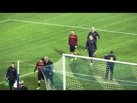 Napoli-Roma 3-0 12-02-2014 De Rossi bacia la maglia dopo i fischi