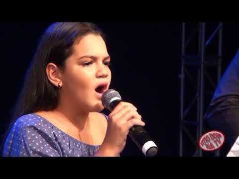 JULIA B.  GAROTINHA DE APENAS 12 ANOS ENCANTA COM SUAS MUSICAS SERTANEJAS E INTERNACIONAL