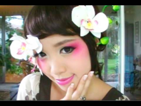 "Geisha Halloween Tutorial, A Modern avant garde take on traditional geisha makeup. This is perfect for halloween. Music by Round Table feat Nino ""Just For You"" http://www.hmv.co.jp/pro..."