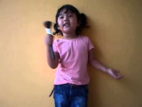 Milena cantando música gospel (ressuscita-me)