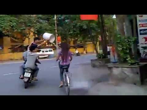 Phẫn nộ clip 3 thanh niên tạt nước vào các cô gái đi đường ( Sao24h.net )