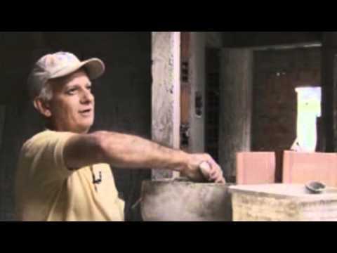 Luthier ensina a fazer instrumentos com madeira reciclada