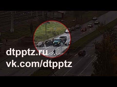 На Первомайском проспекте из грузовика вывалились железнодорожные колесные пары