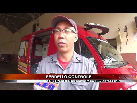 19/12/2018 - Dois ficam ferido após caminhão cair em córrego as margens da Rodovia Faria Lima em Barretos