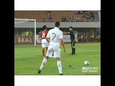 Cristiano Ronaldo sút bóng bay lên trời