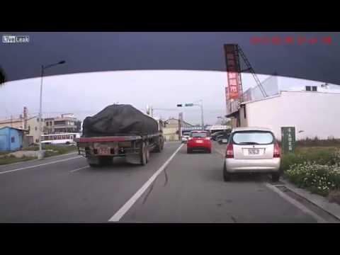 Mulher faz veículo ficar sobre 2 rodas
