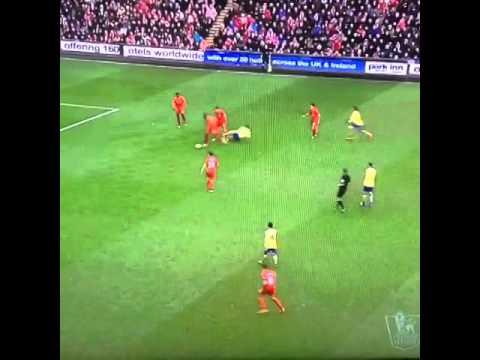 Wilshere chơi xấu Gerrard và đã bị anh G8 trả đũa