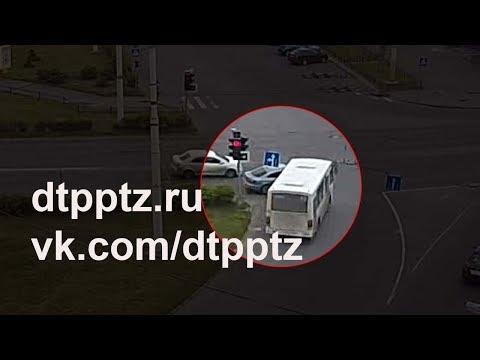 На площади Гагарина маршрутный автобус протаранил легковой автомобиль