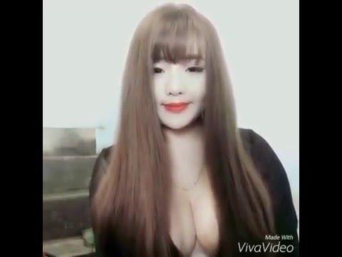 Hot girl Giang Cao lộ núm vú khi vén tóc