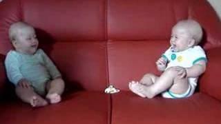 二人の赤ちゃんがドークしてるように見える動画。終始和やか