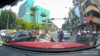 """Clip: """"Ninja"""" bình thản dừng xe giữa đường bấm điện thoại bị anh Tây nhấc bổng, lôi cả người và xe vào vỉa hè"""