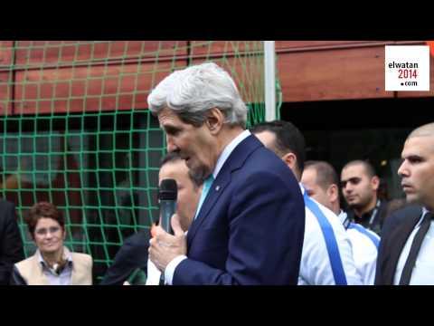 John Kerry rencontre des enfants chez Nike à Alger