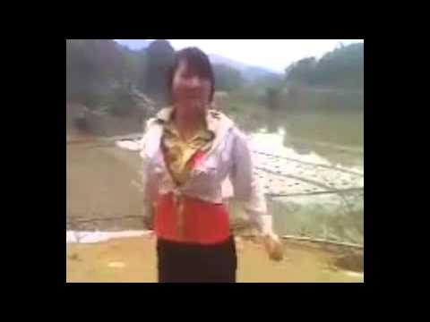 Thôn nữ tuổi teen nhảy nhạc sàn bốc lửa bên bờ ruộng