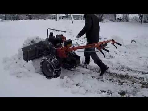 Уборка снега на дороге во дворе