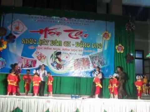 Trường mẫu giáo Anh Thơ-Cô- phụ huynh và học trò múa hát dân ca ngày 26-03-2013