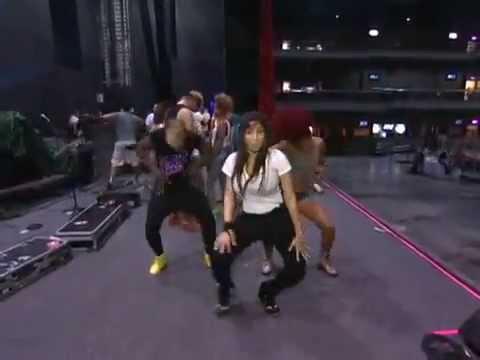 Anitta ensinando a coreografia de Show das Poderosas