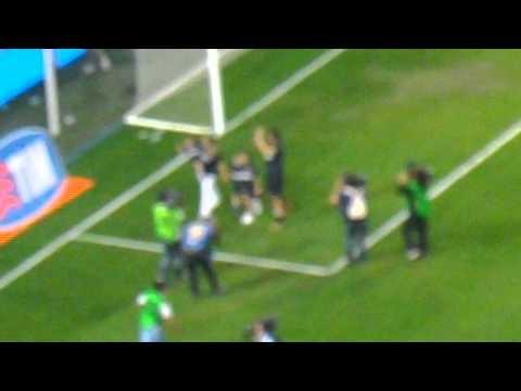 Javier Zanetti fa il giro del campo dopo il discorso alla festa di addio al calcio giocato