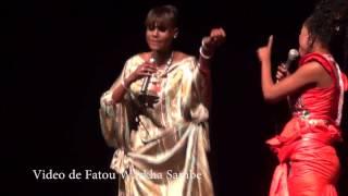 Mounasse de Dinama Nekh sur scène avec ses fausses fesses