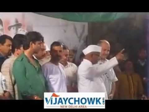 ANNA HAZARE WITH ARVIND KEJRIWAL AT INDEFINITE FAST VENUE IN NEW DELHI