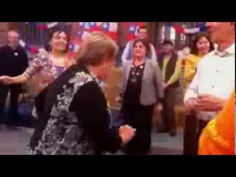Michelle Bachelet bailando cumbia