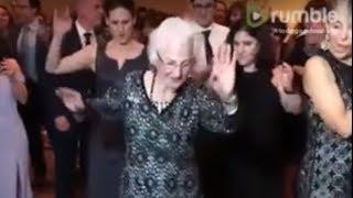 Anciana bailando en una boda