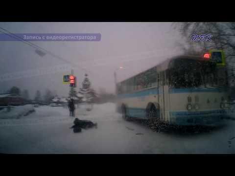 Эксклюзив: В микрорайоне Бердска водитель учебного автобуса сбил женщину (видео)