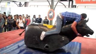 Divertida caída del toro mecánico