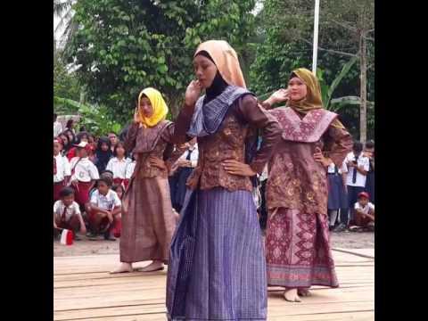 Tarian Persembahan masyarakat dalam kegiatan bersama Bupati di Desa Sungai Enau