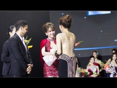 Ngọc Trinh khoe chân trắng nõn, được BTC tặng hoa trên sân khấu