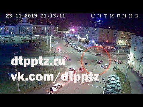 На площади Гагарина после столкновения опрокинулся автомобиль