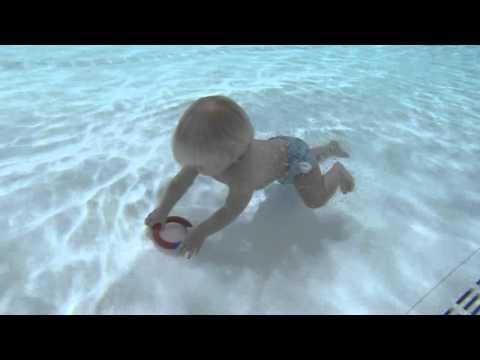 طفلة 17 شهر تتعلم السباحة والغطس قبل المشى