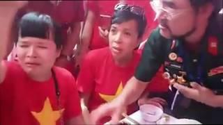 Người đàn bà mặc áo Cờ Đỏ sao vàng bị nhập hồn trong ngày khánh thành Đài Tưởng niệm các Anh Hùng LS