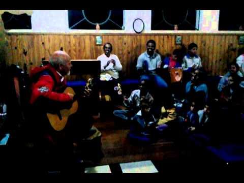 Padre José canta e toca violão