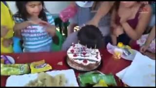 Niño se venga tras 'pastelazo' de cumpleaños