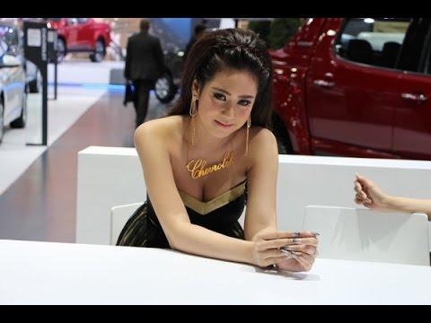 Hot Girl bên dàn siêu xe tại Motorshow