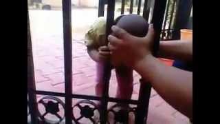 Anak ini kepalanya tersangkut di pagar