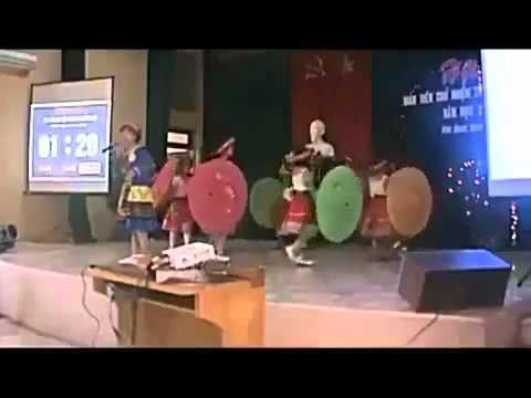 Cô giáo đang hát thì bị tụt quần lót --- www.UP2.vn