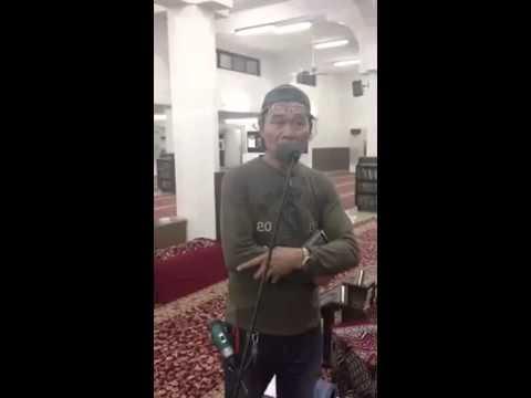 فلبيني جاي للمسجد علشان يضبط الصوتيات