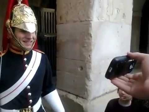 Guy makes a guard at buckingham palace laugh