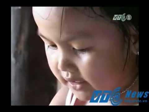 Hà Tĩnh: Bé gái 3 tuổi đọc báo và hát tiếng Anh như người lớn