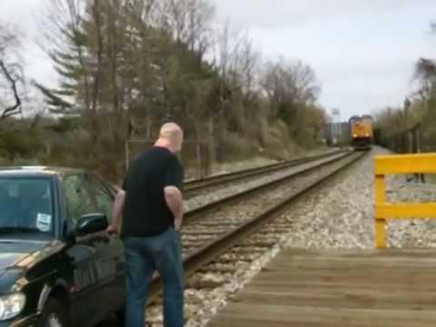 Jak se stylově vyhnout srážce s vlakem. WTF?! :-O