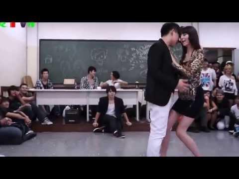 Cô giáo và nam sinh nhảy sexy rồi hôn nhau trước lớp học