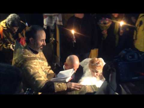 Революційні буковинські молодята обвінчались у польовому храмі на ЄвроМайдані