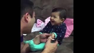 Padre y bebé se mueren de risa