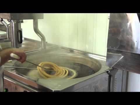 Máquina de churros semiautomática haciendo rosca de churros
