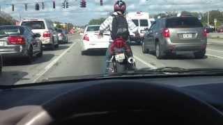 Só um cara desse para descontrair enquanto se espera no semáforo!